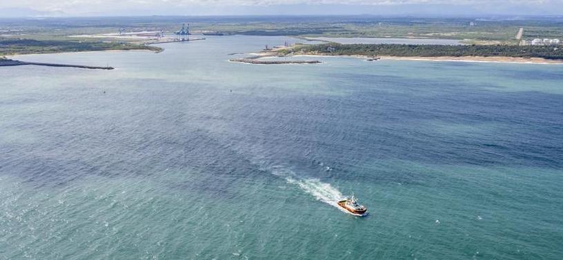 在斯里兰卡中国专家和中资企业帮助油轮灭火